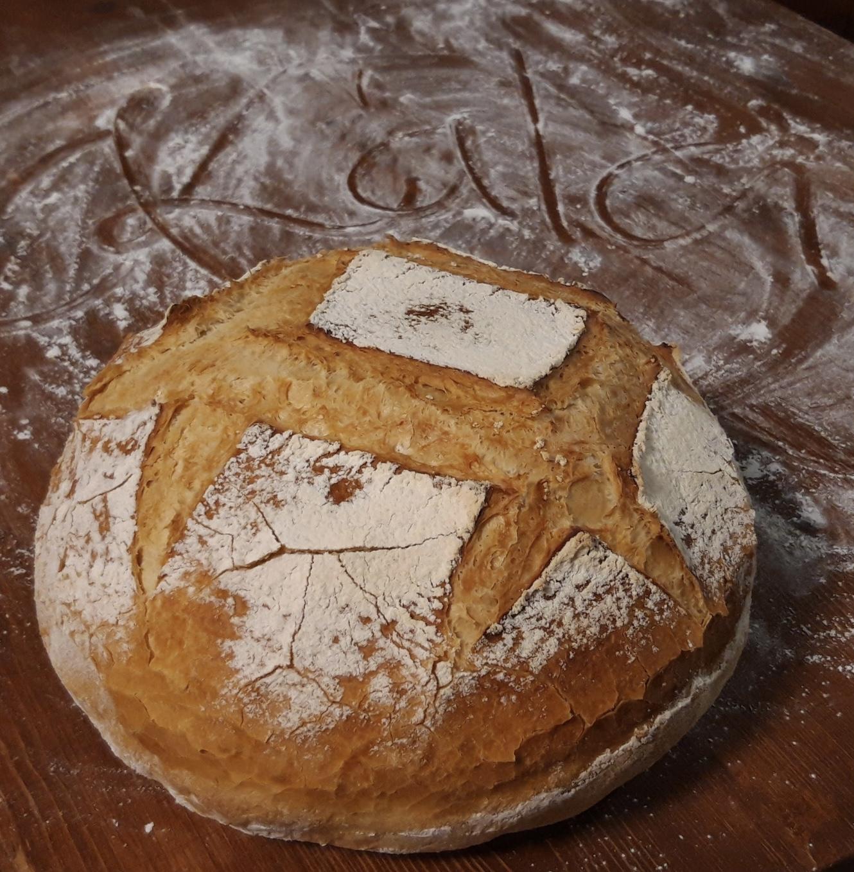 Fehér cipó vasedényben sütve